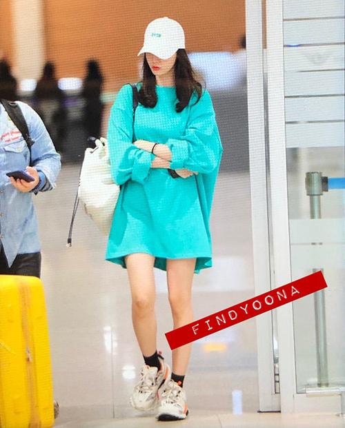 Yoon Ah về Hàn sau khi hoàn thành lịch trình bí mật ở Thái. Nữ ca sĩ chọ áo oversize tiện dung, thoái mái khi di chuyển.