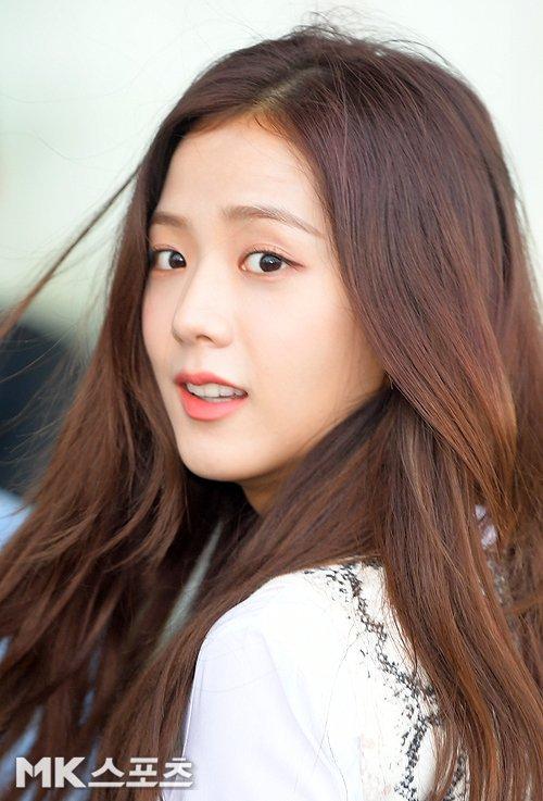 Khoảnh khắc quay đầu đẹp như cảnh phim của Ji Soo gây sốt. Visual của Black Pink hợp với cách trang điểm nhẹ nhàng, tự nhiên.