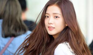 Black Pink ra sân bay: Jennie khoe cơ bụng, Lisa lộ chân tong teo