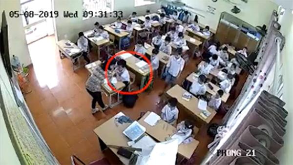 Hình ảnh cô Trang hăm dọa một học sinh khác.