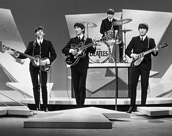 ...cũng giống với sân khấu I Want to Your Hand của The Beatles tại The Ed Sullivan Show.