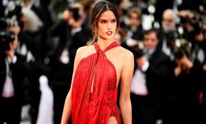 Cannes ngày 2: Váy hở ngực, xẻ đùi cao lên ngôi