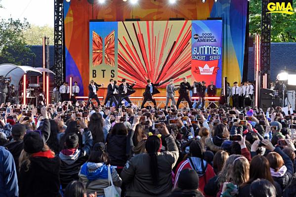 Sáng 15/5 (giờ địa phương), BTS là nghệ sĩ khai mạc concert mùa hè của chương trình Good Morning America, được tổ chức tại sân Playfield ở công viên Central Park, New York, Mỹ.