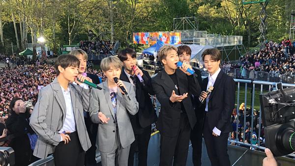 Đài Mỹ so sánh BTS với The Beatles sau sự xuất hiện bùng nổ tại concert Good Morning America - 1