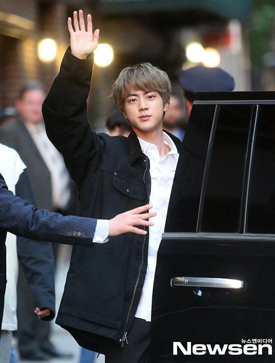 Jin toát lên thần thái của trai đẹp hoàn cầu dù ăn mặc đơn giản.