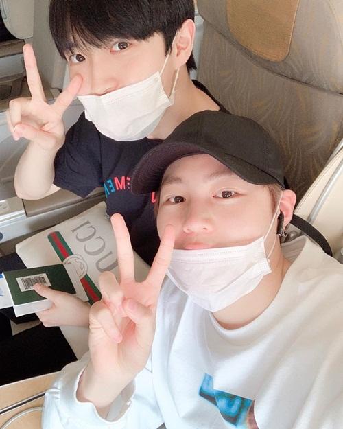 Ha Sung Woon (mũ đen) khoe ảnh ngồi máy bay cùng Kim Jae Hwan. Hai nam idol có mối quan hệ thân thiết khi hoạt động trong nhóm Wanna One.