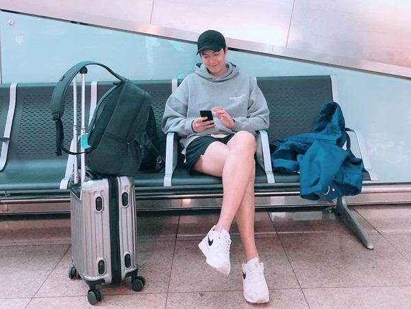 Lee Min Ho khoe cặp chân dài, trắng trẻo với kiểu ngồi vắt chéo nữ tính bất ngờ.