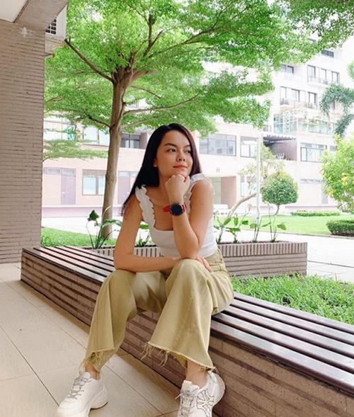 Phạm Quỳnh Anh trẻ trung ra phố.