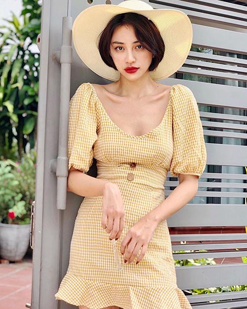 Thiên Nga trông giống hệt các ulzzang Hàn với chiếc váy caro đậm chất hè, kết hợp cùng lối trang điểm tông đỏ nổi bật.