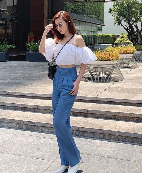 Áo trễ vai croptop phối với quần denim giúp Đỗ Mỹ Linh có bộ cánh tông pastel mát mắt ngày hè.
