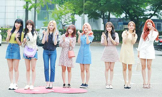 Sáng 17/5, Weiki Mekiđến tổng duyệt cho chương trình âm nhạc Music Bank. Nhóm nữ nhà Fantagio xuất hiện với những set đồ mùa hè mát mẻ.