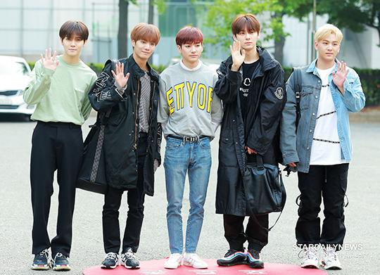 Nuest xuất hiện với đủ 5 thành viên. Từ một nhóm nhạc ít tên tuổi, họ lập kỷ lục doanh số bán album sau khi tham gia Produce 101.