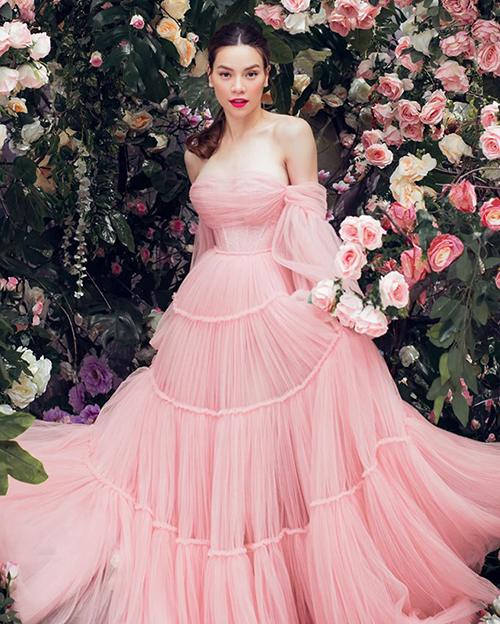 Hà Hồ hóa nàng công chúa hoa hồng, duyên dáng trong bộ đầm sắc pastel khoe vòng một gợi cảm.