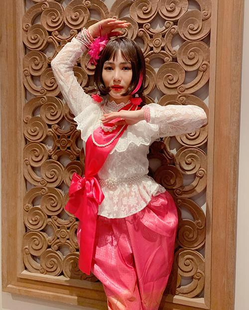 Hương Tràm mặc đồ sến sẩm hài hước.