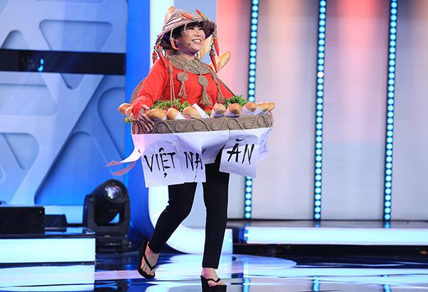 Màn catwalk khó tin của Việt Hương.