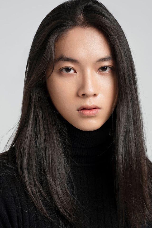 """<p> Hải Đăng yêu thích phong cách cổ trang từ nhỏ nhưng đến 2017 mới quyết định nuôi tóc dài. """"Ban đầu mình giấu gia đình vì sợ. Làm việc trên thành phố, đến dịp lễ tết về nhà không biết làm thế nào nên phải mua tóc giả để đội"""", anh chia sẻ.</p>"""