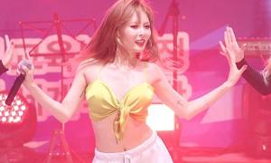 Hyun Ah lộ vòng một khi diện áo hai dây mỏng manh