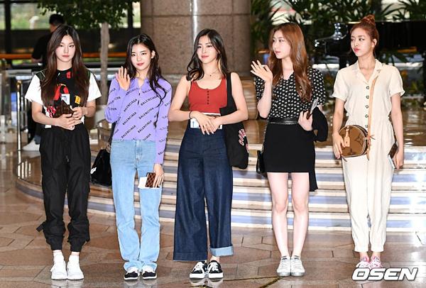Chiều 17/5, ITZY có mặt ở sân bay Incheon. Nhóm sang Nhật tham dự concert KCON 2019, được tổ chức tại Makuhari Messe, Tokyo.