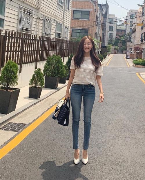 Hyo Min khoe chân dài thẳng tắp khi mặc quần jeans bó sát.