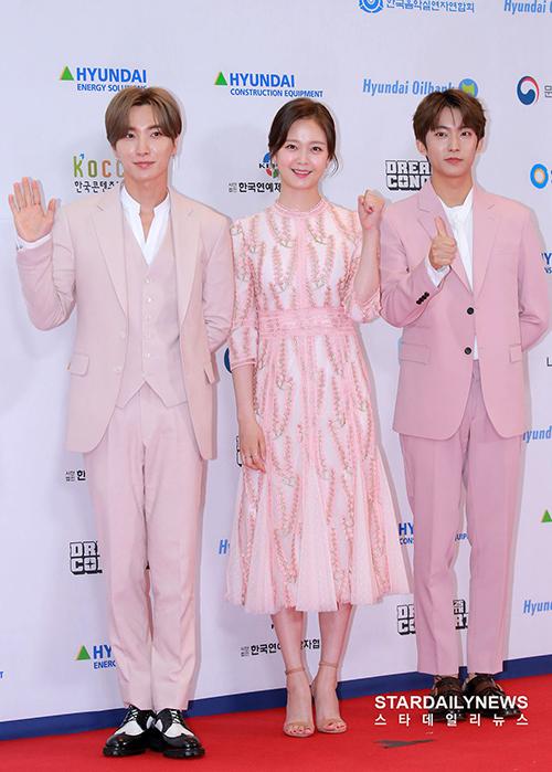 Chiều 18/5, dàn sao Kpop khủng xuất hiện trên thảm đỏ của Dream Concert - sự kiện âm nhạc lớn được tổ chức hàng năm. Lee Teuk và ngôi sao của Running Man Jeon So Min, Gongchan (B1A4)là những MC chính của chương trình.