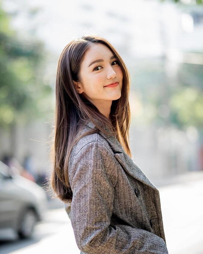 """<p> <strong>9. Bua Nalinthip</strong><br /> Buasinh năm 1989. Với nhan sắc mong manh, trẻ trung hơn tuổi thật, Bua được nhiều người gọi là """"nàng thơ"""" của xứ chùa vàng. Cô bắt đầu hút sự chú ý từ năm 2006 với danh xưng hot girl đời đầu. Nhờ vẻ đẹp nổi bật cùng tài năng diễn xuất, Bua trở thành diễn viên hàng đầu Thái Lan sau 12 năm tham gia điện ảnh chuyên nghiệp.</p>"""