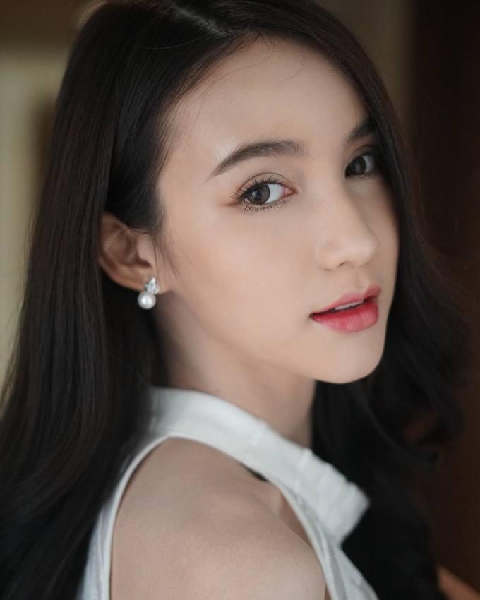"""<p> <strong>8. Yoshi Rinrada Thurapan</strong><br /> Với nhan sắc trong veo như thiên thần, Yoshi được mệnh danh là """"thần tiên tỷ tỷ"""" của Thái Lan. Sau hơn chục năm chuyển giới, Yoshi ngày càng xinh đẹp nữ tính. Năm 2017, cô đăng quang Hoa hậu chuyển giới Thái Lan và giành ngôi Á hậu ở Hoa hậu chuyển giới quốc tế 2018. Yoshi có gương mặt thanh thoát và giọng nói ngọt ngào tự nhiên.</p>"""