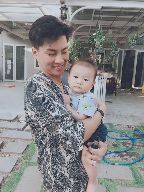 Chồng Lâm Khánh Chi bên cục cưng.