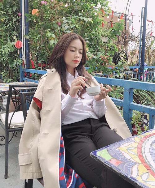 Trời Hà Nội nắng đổ lửa nhưng Hoàng Thùy Linh vẫn mặc áo khoác đi uống cà phê.