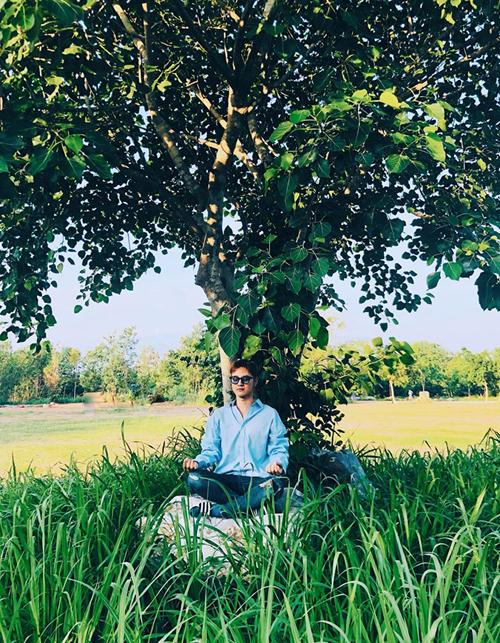 Thanh Duy ngồi thiền dưới bóng cây.