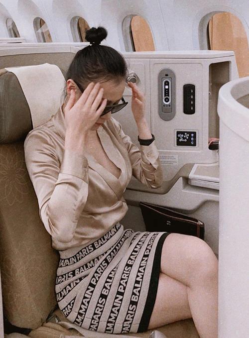 Phương Oanh được bạn bè gọi là siêu vòng ba với bức hình trên máy bay.