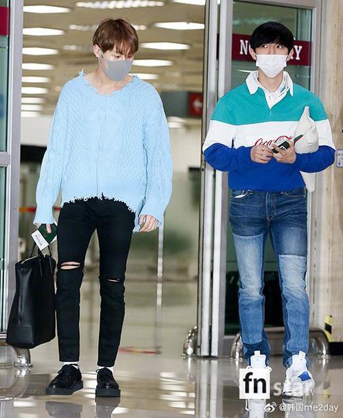 Hai thành viên Wanna OneKim Jae Hwan (khẩu trang trắng) và Ha Sung Woon cùng về Hàn.