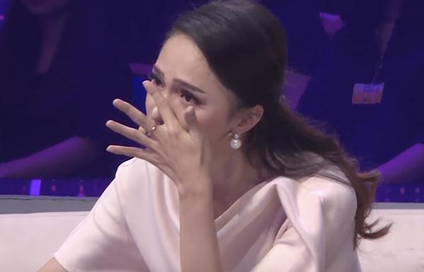 .... Hương Giang không kìm được nước mắt vì đồng cảm.