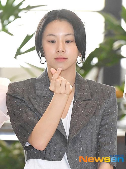Sau thời gian để tóc hồng để quảng bá ca khúc Fancy, Chae Young đã trở về với tông màuđen.