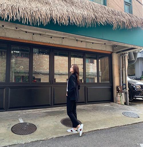 Ji Soo (Lovelyz) tìm được background chụp ảnh đậm phong cách bờ biển.
