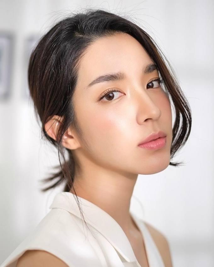 <p> <strong>5.Monchanok</strong><br /> Monchanok (tên đầy đủMonchanok Saengchaipiangpen)sinh năm 1991, được nhiều khán giả biết đến với các vai diễn trong <em>Hai số phận, Dòng đời nghiệt ngã, Ảo mộng, Phép thử tình yêu</em>...Bên cạnh khả năng diễn xuất, nữ diễn viên đài CH3 còn được nhiều người yêu mến vì nhan sắc hiện đại và đầy cá tính, phong cách thời trang đáng học hỏi. Cô hiện có 1,4 triệu người theo dõi trên Instagram.</p>
