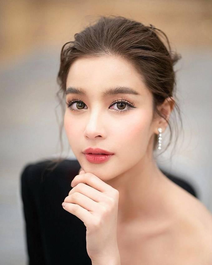"""<p> <strong>6. VillWannarot</strong><br /> Vill sinh năm 1989, là """"ngọc nữ"""" được yêu mến trong giới điện ảnh xứ chùa vàng. Vill thường được khen """"hack tuổi"""" vì trông rất trẻ trung ở tuổi 30. Mỹ nữ sở hữu đôi mắt to tròn và miệng trái tim đầy đặn, quyến rũ. Cô xuất hiện dày đặc trên các tạp chí Thái Lan.</p>"""