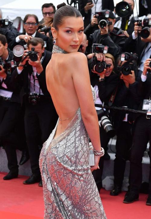Tại liên hoan phim năm ngoái, cô nàng thường xuyên diện đầm khoét lưng sâu và không mặc áo ngực.