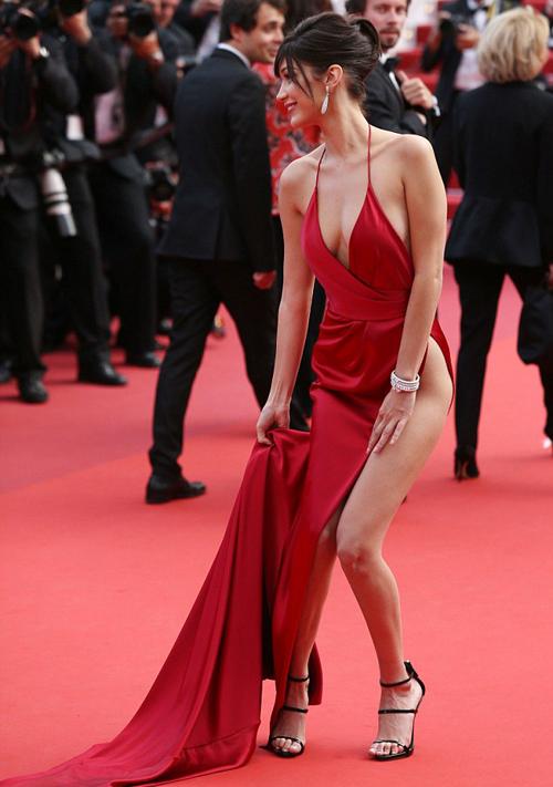 Chiếc váy hai dây che vòng một hờ hững, phần tà xẻ cao đến hông khiến mỗi bước đi của cô nàng đều gây nơm nớp. Khi vén váy tạo dáng và bước lên cầu thang, Bella nhiều lần bị lộ vòng ba.