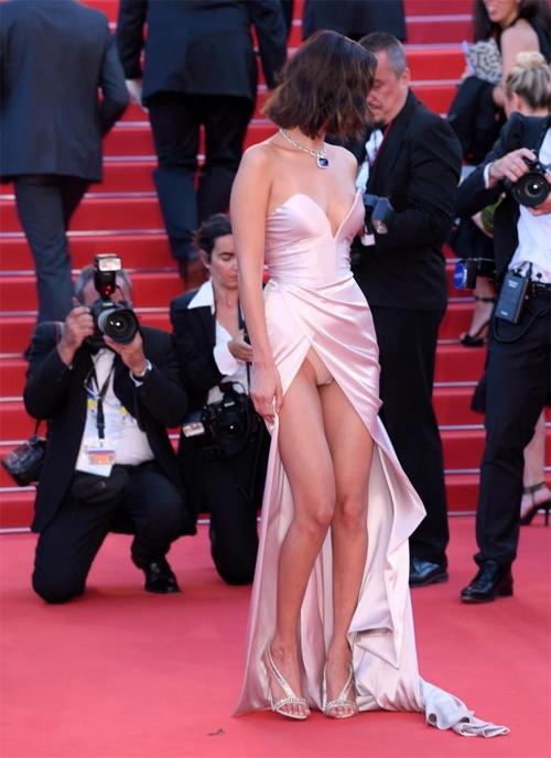 Những trang phục táo bạo không ít lần khiến chân dài người Mỹ rơi vào tình huống hớ hênh kém duyên. Tại LHP Cannes 2017, Bella diện bộ váy xẻ cao tít tắp. Chỉ sau khi bước chân lên thảm đỏ vài phút, cô nàng bị lộ nội y trong lúc vén váy bước đi và mải mê tạo dáng.