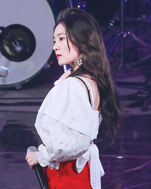 Ngoài Rosé, Irene (Red Velvet) mới đây cũng bất ngờ để lộ phần áo trong khi đang trên sân khấu biểu diễn. Tuy nhiên, nhờ mái tóc xõa dài che khéo nên nữ thần sinh năm 1991 trông ổn hơn thành viên BlackPink.