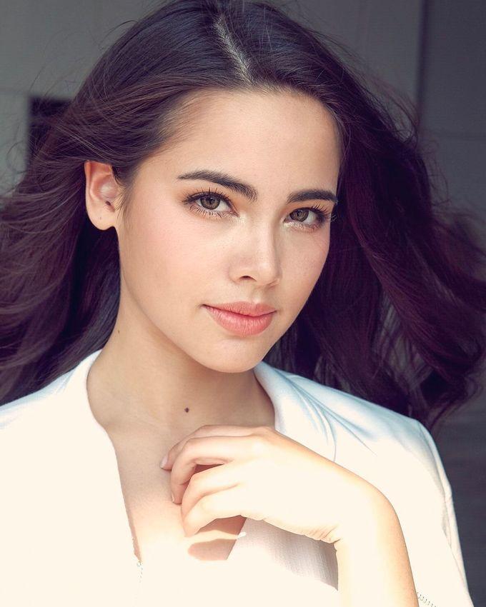 <p> <strong>2. Yaya Urassaya</strong><br /> Yaya sinh năm 1993, là mỹ nhân hàng đầu Thái Lan với 8 triệu người theo dõi trên Instagram. Cô có vẻ đẹp lai sắc sảo và quyến rũ nhờ mang hai dòng máu Thái Lan - Na Uy. Sự nghiệp của Yaya rất thành công với hàng loạt bộ phim hot, cô cũng được xem là một trong những nhân vật có sức ảnh hưởng nhất giới thời trang xứ chùa vàng.</p>