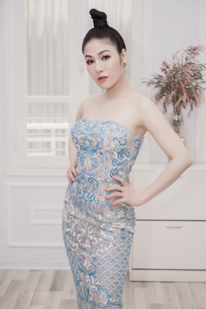 <p> Tổng trọng lượng trang phục và phụ kiện Tuyết Nga mang sang Pháp lên tới 50kg. Cô sẽ có một tuần tham dự các hoạt động tại Pháp, bao gồm LHP Cannes, Vietnam's Night, thực hiện một số bộ ảnh thời trang cho các tạp chí… và trở về Việt Nam ngày 23/5.</p>