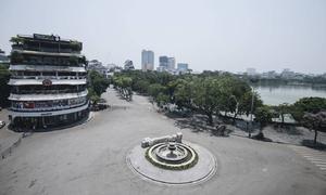 Đường phố Hà Nội vắng tanh vì nhiệt độ ngoài trời 40 độ C