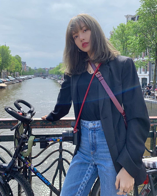 Với Lisa, không chỉ có túi xách, trang sức mới giúp tổng thể bắt mắt hơn, mà một chiếc máy ảnh sang chảnh cũng góp phần nâng tầm vẻ ngoài hiện đại.