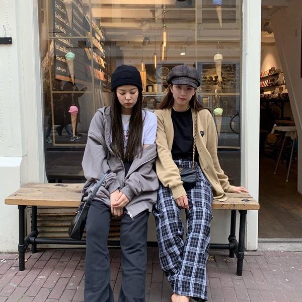 Jennie và Ji Soo kết đôi với hai phong cách khác biệt.
