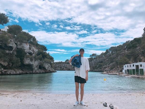 Lee Min Ho khoe chân dài khỏe khoắn trước biển.