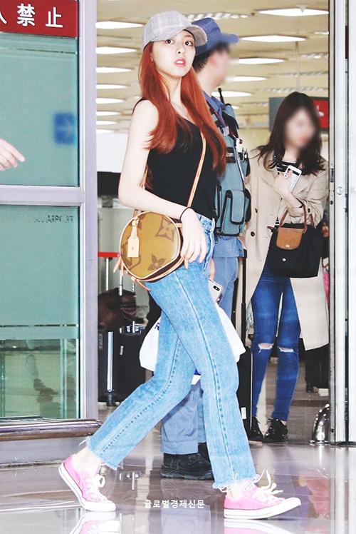 Em út Yuna là người có phong cách thời trang ấn tượng nhất nhóm. Cô nàng cũng sử dụng túi đeo của  Louis Vuitton.