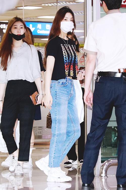Các thành viên ITZY đều xách theo chiếc túi  Louis Vuittonsang chảnh. Gà nhà JYP được thương hiệu này tặng những chiếc túi có in tên riêng.