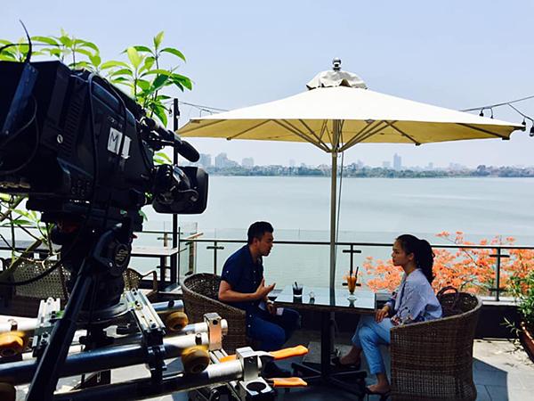 Thu Quỳnh, Tuấn Tú quay phim giữa tiết trời 40 độ C.