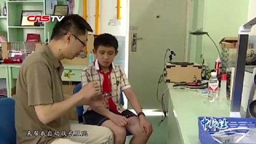 Cậu bé 12 tuổi chế tạo sản phẩm cùng với sự giúp đỡ của bố và giáo viên.